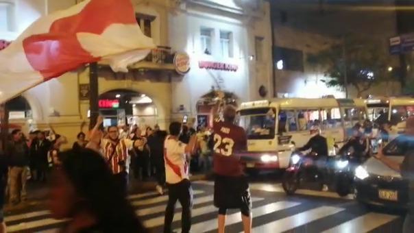 Hinchas de River Plate hicieron todo tipo de celebraciones en este banderazo.