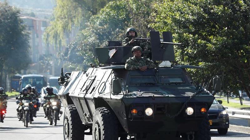 Miembros del Ejército de Colombia patrullan las calles de Bogotá.