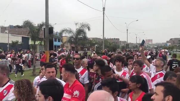 Hinchas de River Plate hacen largas colas para ingresar al estadio Monumental