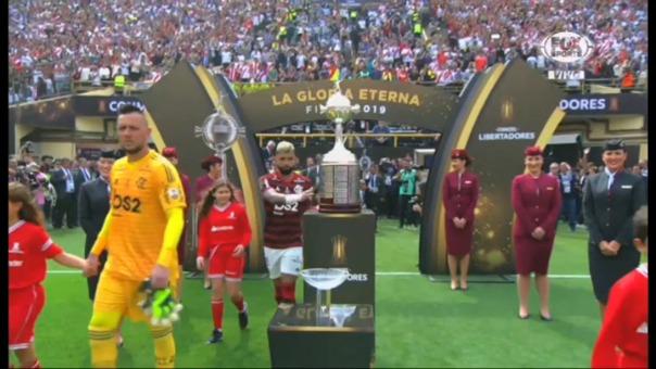 Así fue el momento en el que Gabriel Barbosa tocó el trofeo de Copa Libertadores.