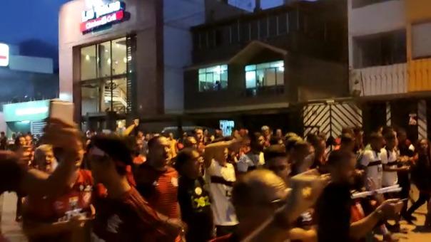 Los hinchas del Flamengo cantando en las calles tras la final con el River Plate.