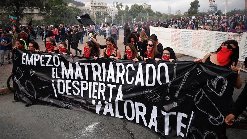 Miles de personas, la mayoría de ellas mujeres, protestan por la defensa sus derechos con motivo del Día Internacional de la Eliminación de la Violencia contra la Mujer, en la céntrica Plaza Italia.