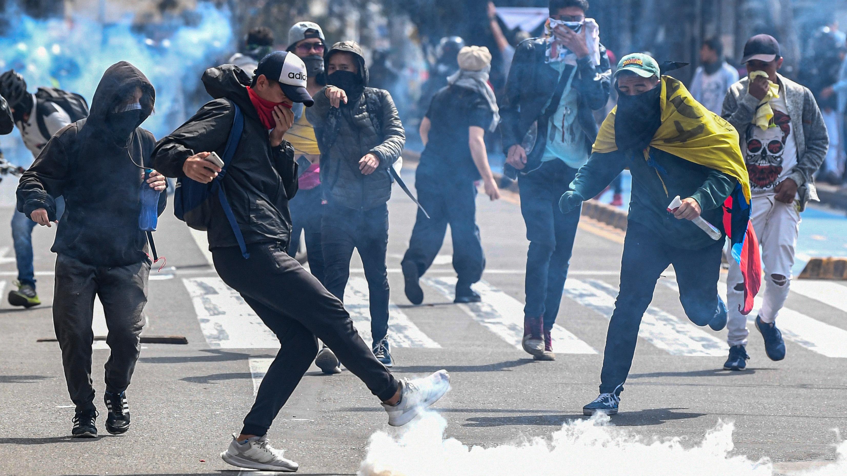 Protestas callejeras, que en su mayoría son lideradas por jóvenes que las promueven por redes sociales, han continuado en Colombia tras el paro nacional del 21 de noviembre.