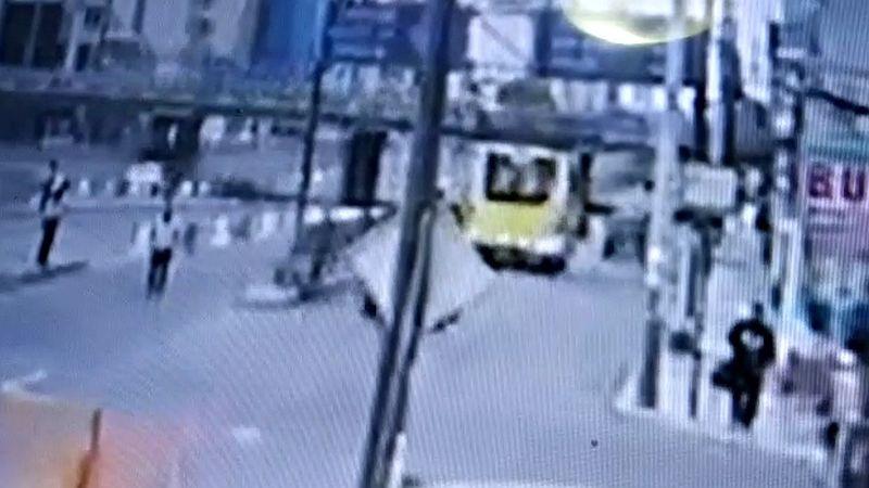El video muestra que el bus no reduce la velocidad en ningún momento.
