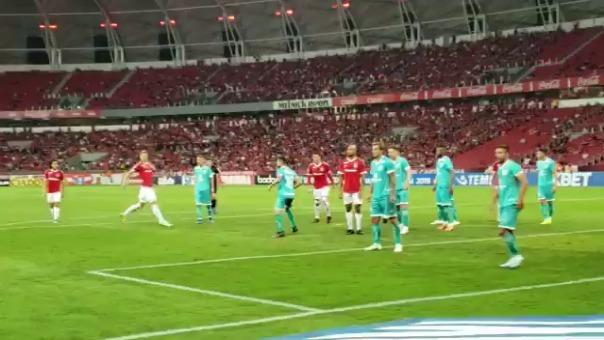 Paolo Guerrero marcó de cabeza con el Internacional ante Goiás.