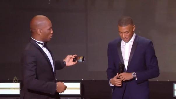 Así fue el 'selfie' entre Drogba, Mbappé y el resto de presentes en la gala del Balón de Oro.