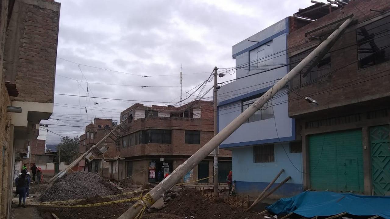 Así terminó el jirón Ica y Leandra Torres en Huancayo, tras la caída de postes  de alumbrado público.