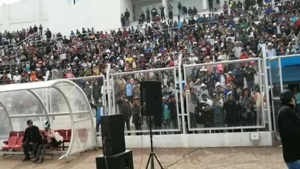 Hinchas de Binacional en el estadio de Juliaca.