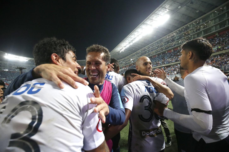 Leao Butrón celebra con sus compañeros tras la clasificación de Alianza Lima