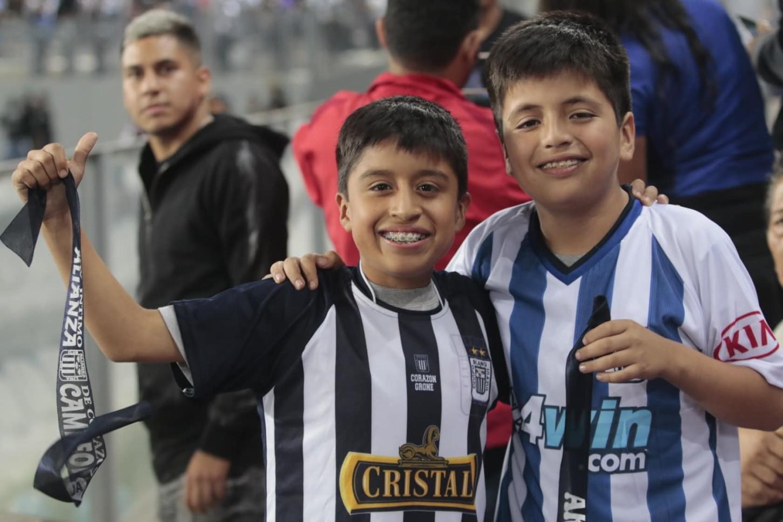 Los hinchas de Alianza Lima celebran