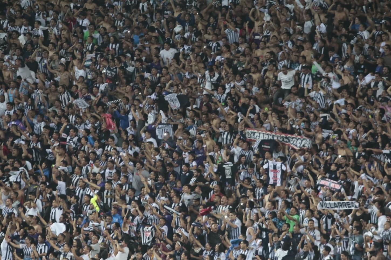 Los hinchas de Alianza Limacelebran en el Estadio Nacional.