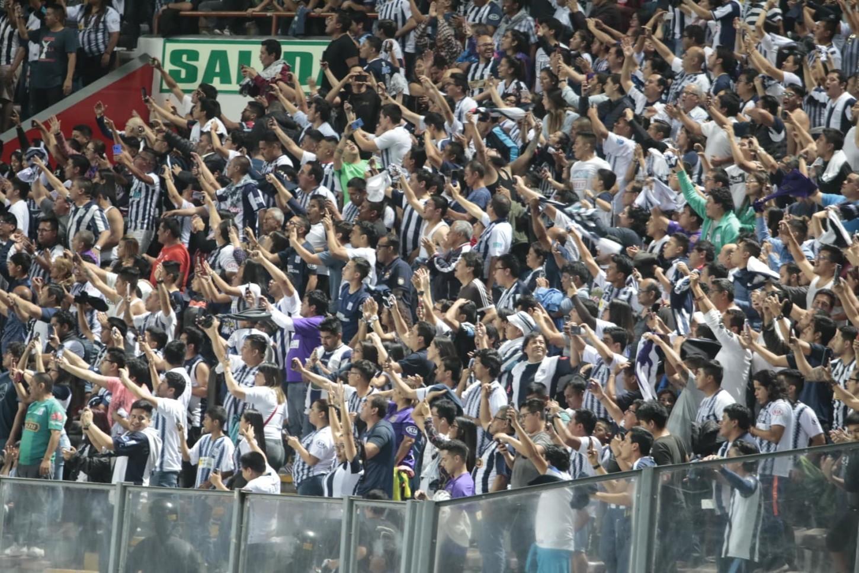 Los hinchas deAlianza Limacelebran en el Estadio Nacional.