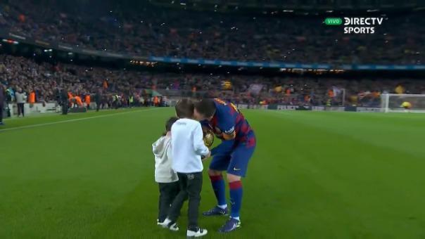 Los hijos de Lionel Messi le entregaron el Balón de Oro.
