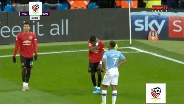 Un supuesto hincha de Manchester City le lanzó un encendedor a Fred.