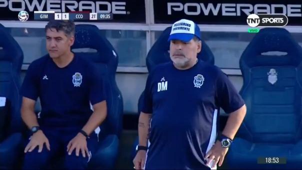 la dura caída de Diego Maradona en el banco de suplentes de Gimnasia