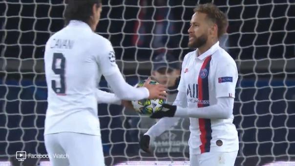 Así le entregó el balón Neymar a Edinson Cavani.