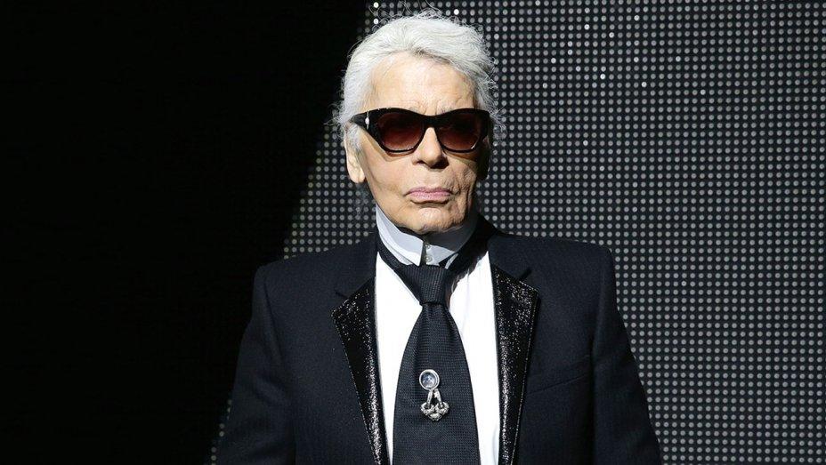 Karl Lagerfeld (10/9/1933- 19/2/2019). Era un diseñador de moda alemán, famoso en el mundo fashion por ser el diseñador de la casa Chanel durante muchos años. Falleció tras una larga lucha con el cáncer de páncreas. Una de sus polémicas declaraciones fueron las críticas a Adele por su peso.
