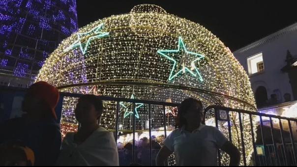 Más de 19,000 bombillas alumbran el pesebre gigante de Quito.