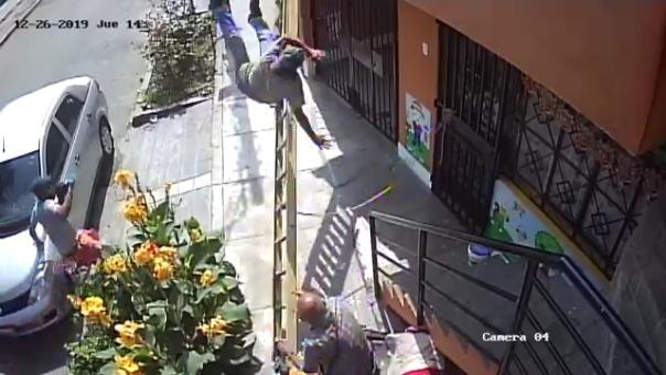 El anciano en silla de ruedas sacudió la escalera donde se encontraba un pintor.