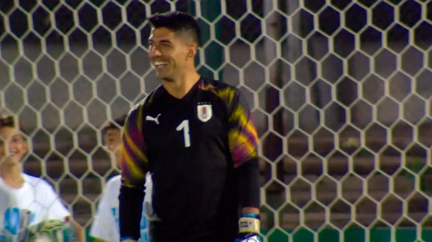 Atajada de Luis Suárez a Diego Forlán.