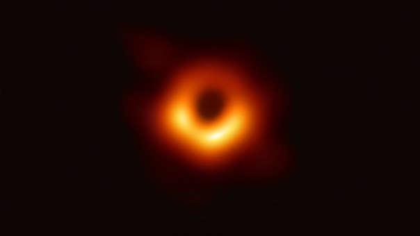 """Powehi, el primer agujero negro visto por el hombre: En abril, el mundo fue testigo de una proeza tecnológica sin precedentes en donde se logró vencer enormes limitaciones para poder evidenciar la existencia de una teoría. El """"Event Horizon Telescope"""" reunió a ocho telescopios milimétricos alrededor del mundo durante 5 días para capturar la primera imagen de un agujero negro vista por el hombre."""