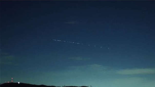 SpaceX y el proyecto Starlink: SpaceX, la compañía de transporte aeroespacial fundada por Elon Musk en 2002, puso en marcha un ambicioso proyecto en mayo del presente año. Lanzando 60 satélites a la órbita terrestre, la empresa inició un plan para desarrollar su propia red de Internet satelital espacial de alta velocidad. Al enviar 60 satélites más al espacio en noviembre, astrónomos de todo el mundo empezaron a cuestionar a SpaceX debido a la contaminación que generan estos dispositivos en el cielo nocturno.