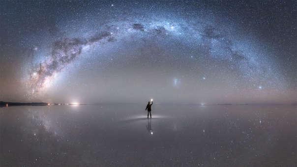 """Primer reconocimiento APOD para un peruano: El joven Jheison Huerta, natal de Huaraz, fue el ganador de un importante reconocimiento de la NASA. El astrofotógrafo fue premiado con el Astronomy Picture of the Day del 22 de octubre por su impresionante fotografía de la Vía Láctea. La imagen, titulada como """"Night Sky Reflections from the World's Largest Mirror"""" fue tomada en el Salar de Uyuni, el paisaje natural ubicado en Bolivia, y fue compuesta por 15 fotografías singulares que dieron como resultado una toma panorámica."""