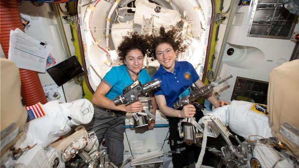 El primer paseo espacial completamente femenino: Jessica Meir y Christina Koch fueron las primeras mujeres que protagonizaron una caminata espacial sin compañía masculina. Las astronautas salieron el 18 de octubre de la Estación Espacial Internacional que viaja a más de 27.000 kilómetros por hora, para reparar un control de las baterías de esas instalaciones, a 485 kilómetros de la Tierra.