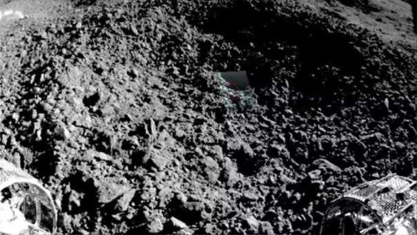 """El material hallado en """"la cara oculta de la Luna"""": El programa de exploración lunar de China publicó imágenes que permiten vislumbrar el misterioso material descubierto en el lado oculto de la Luna. Yutu-2, el rover lunar de la misión Chang'e-4 de China, descubrió algo inusual mientras se acercaba a un pequeño cráter, descrito como algo"""