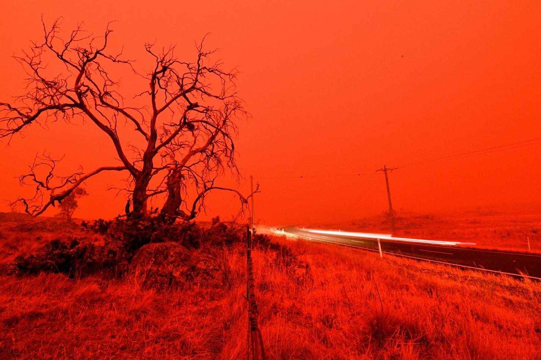 En Eden, una localidad situada en el sur del estado de Nueva Gales del Sur, se llamó a los vecinos a buscar refugio ante la proximidad de las llamas que dejaron el cielo de un color rojo oscuro.