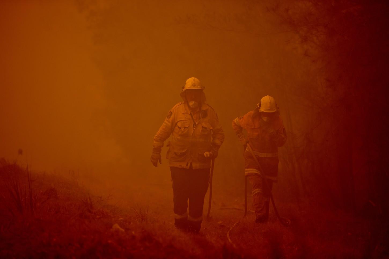El descenso en 20 grados de las temperaturas dio un respiro a los bomberos de Australia, que el sábado tuvieron que elevar la alerta a nivel de emergencia en más de una veintena de focos.