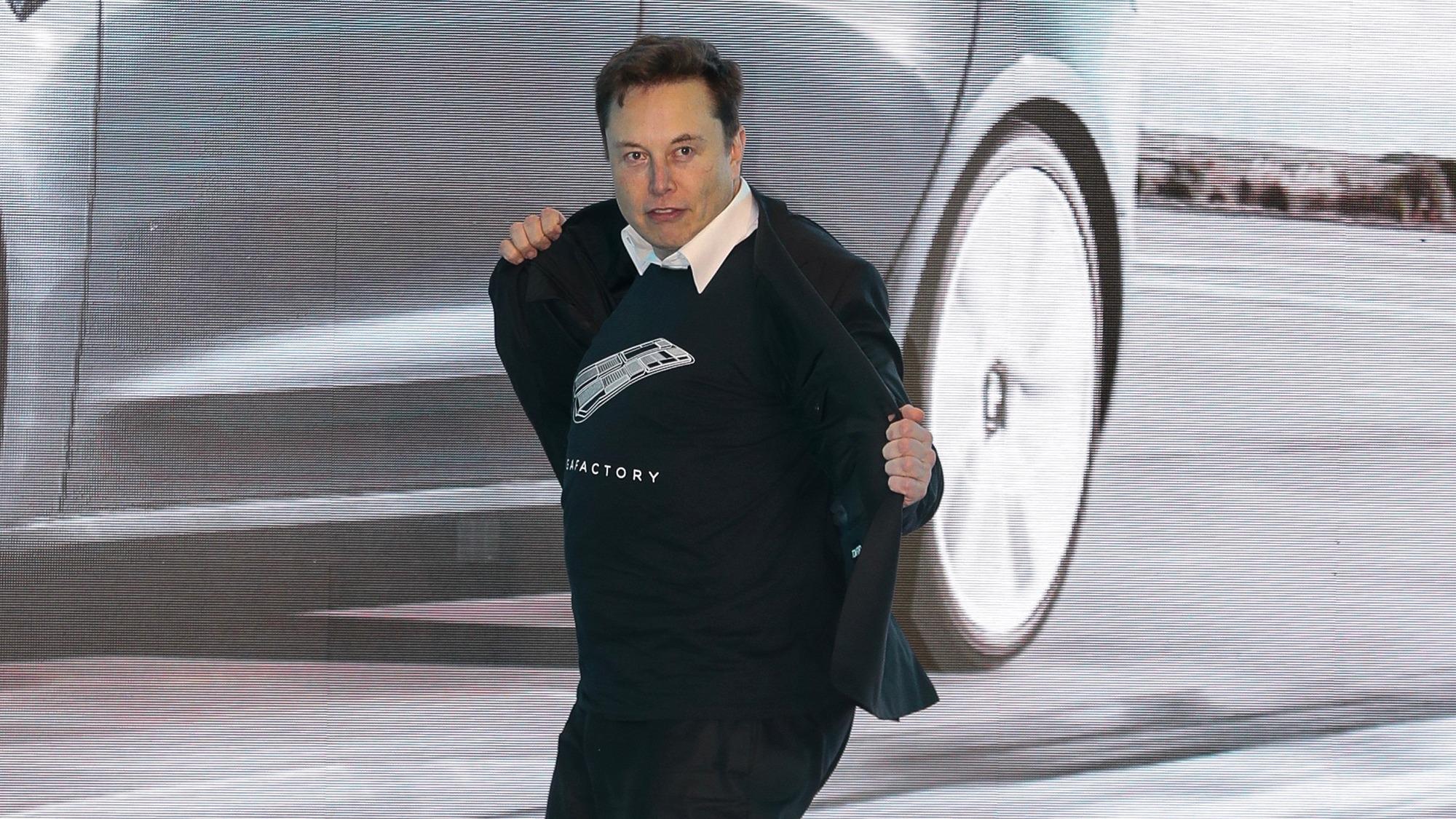 Elon Musk bailó a su gusto en la inauguración de una fábrica de Tesla.