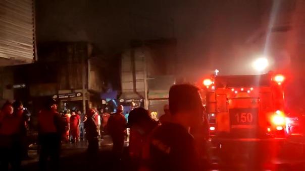 Más de una docena de unidades de los Bomberos acudieron a atender la emergencia.