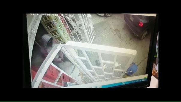 El tercer delincuente permaneció afuera del local vigilando.