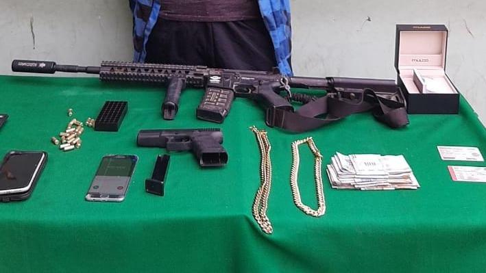 Celso Rey (18) portaba dos armas de fogueo en su vehículo.