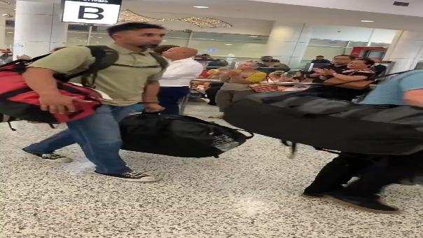 Así es recibido un grupo de bomberos estadounidenses al llegar al Aeropuerto de Sydney.
