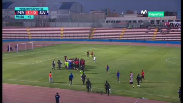 Así fue la falta que inició el conato de gresca en el Perú vs. El Salvador.