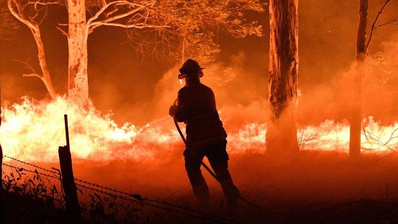 Pese al descenso de las temperaturas, continúa la lucha contra los incendios forestales en Australia.