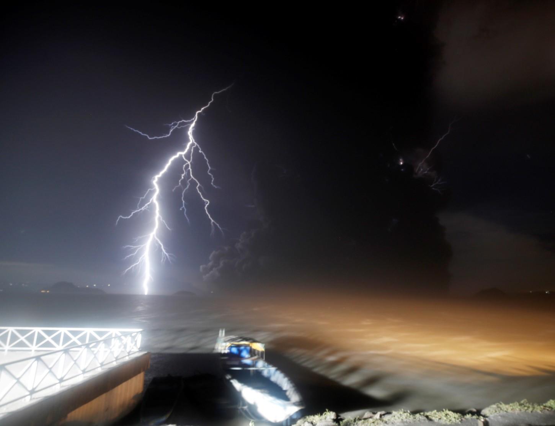 Este fenómeno se produce cuando el agua del lago de la caldera del volcán es desplazada por la deformación del fondo del lago debido al ascenso del magma, explica el organismo en su último boletín.