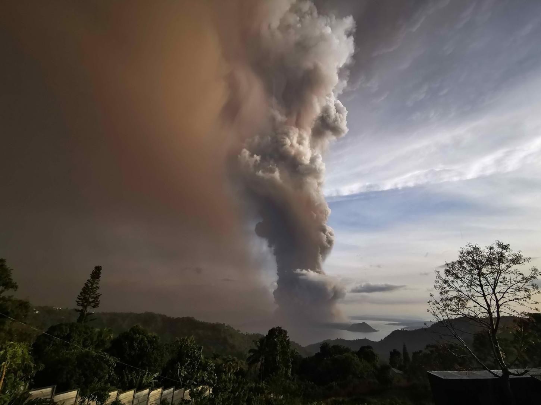 Por su parte, la Autoridad del Aeropuerto Internacional de Manila ha suspendido todos los vuelos debido a la cercanía del volcán.