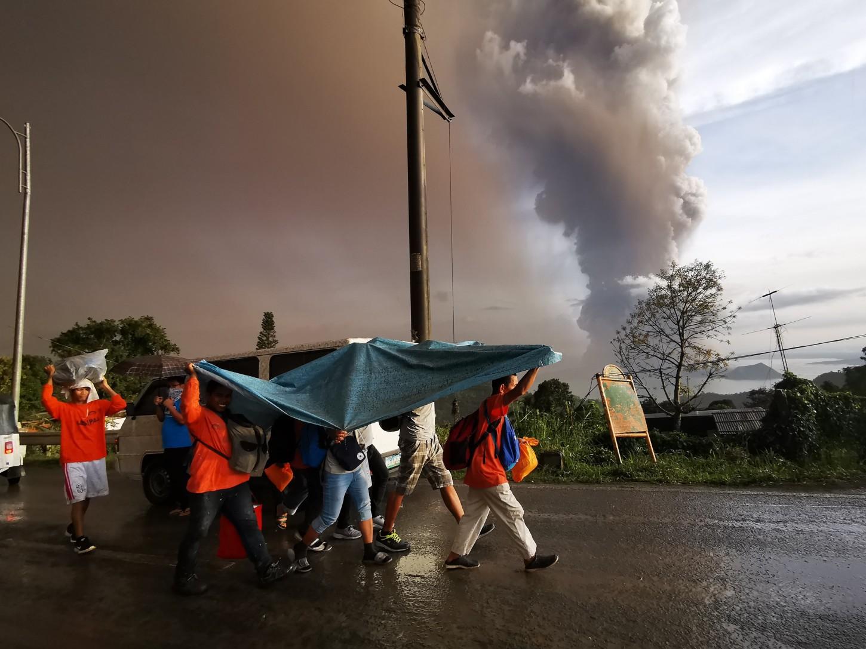 La erupción ha obligado a la evacuación de al menos 6.000 habitantes de las zonas circundantes, según han confirmado fuentes de emergencias. El volcán es el segundo más activo de Filipinas y un popular destino turístico por el lago que alberga su cráter.
