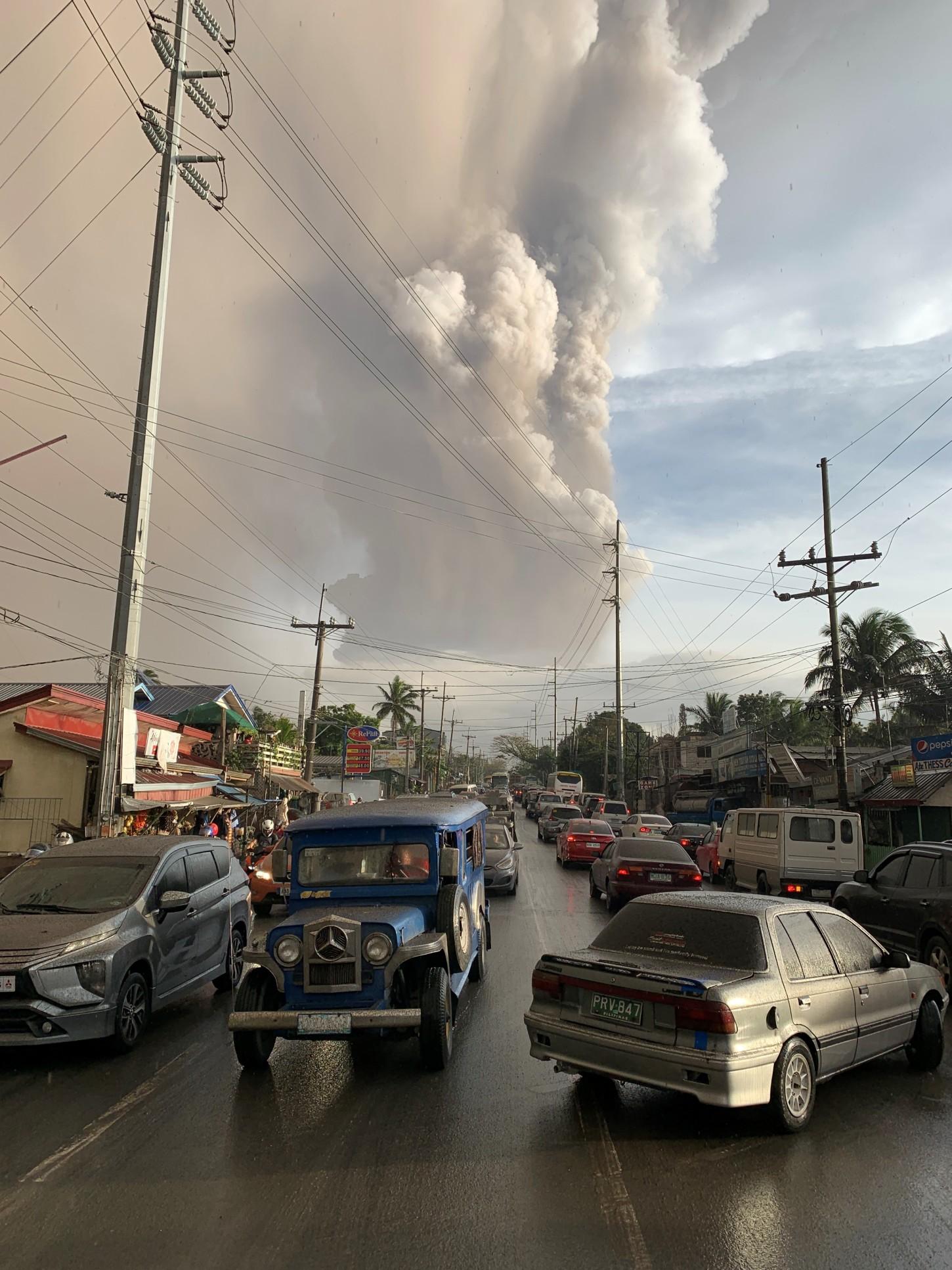 Miles de personas fueron evacuadas este domingo en varias localidades al sur de Manila ante el temor de una