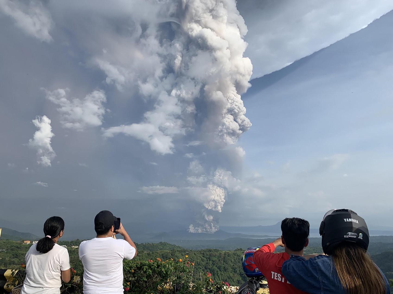 Las autoridades pusieron en marcha la evacuación de los municipios de San Nicolás, Balete y Talisay, cercanos al volcán situado a 65 kilómetros al sur de Manila, confirmó a Efe el portavoz del Consejo Nacional de Reducción de Riesgo de Desastres, Mark Timbal.
