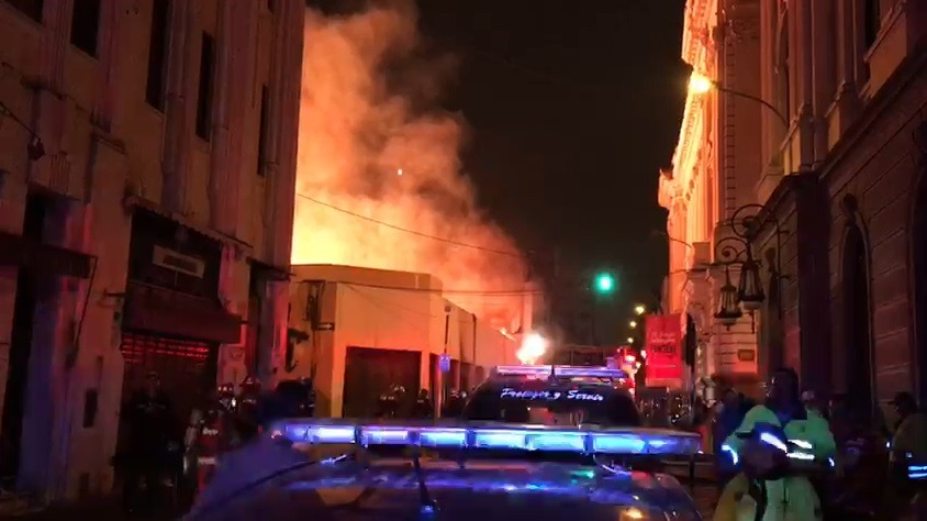El comandante de los Bomberos Mario Casaretto sostuvo que el incendio consumió un complejo de galerías.
