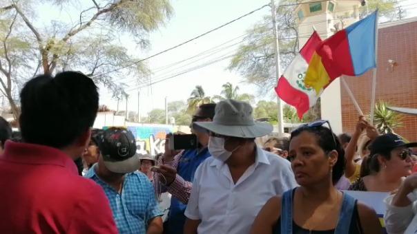 Decenas de ciudadanos piuranos protestan para exigir el restablecimiento del servicio de agua potable.