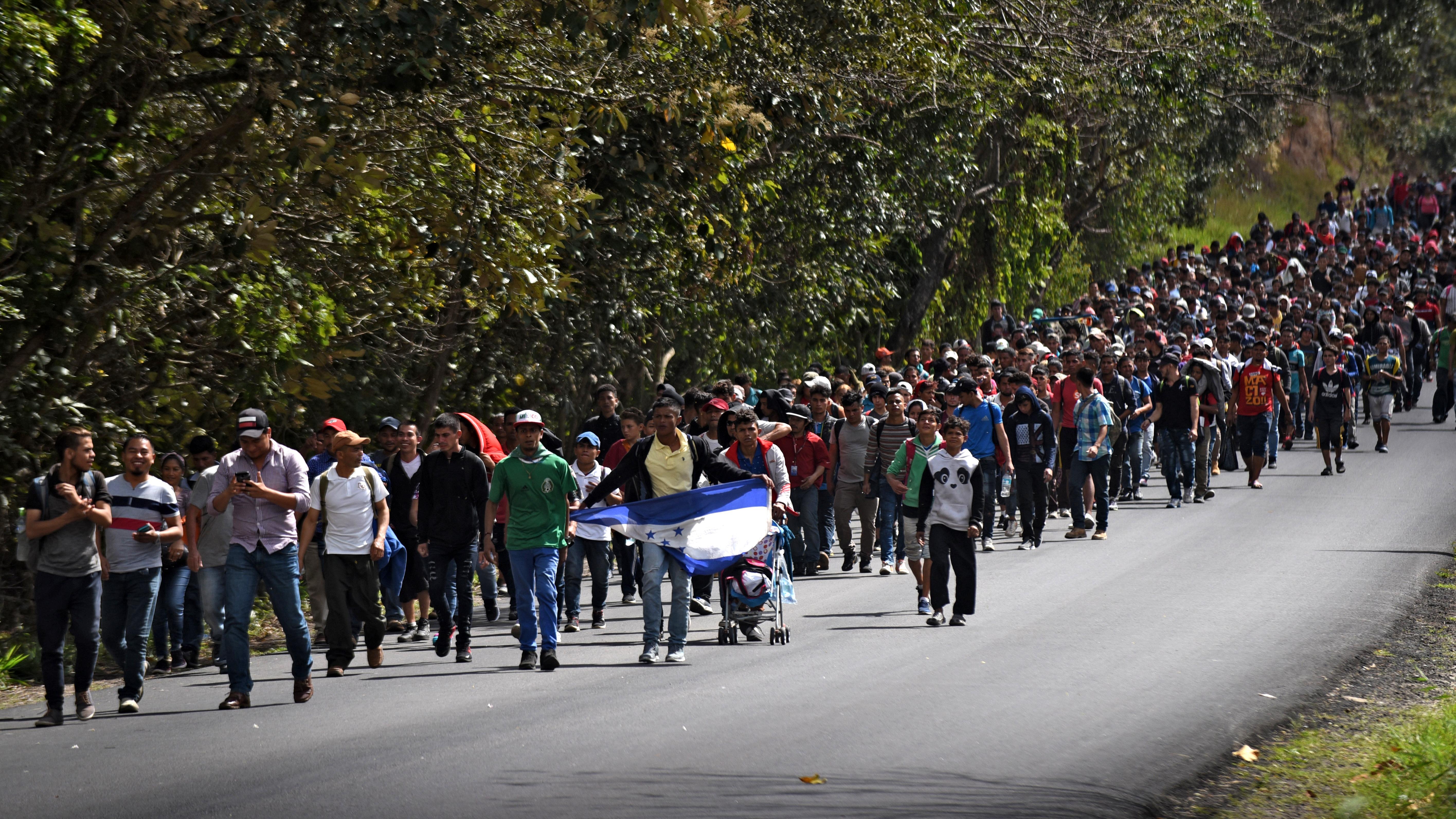 Miles de hondureños, salvadoreños y guatemaltecos, empezaron a salir en caravanas desde el último trimestre de 2018 cruzando México para llegar a Estados Unidos, huyendo de la violencia y la pobreza en sus países.