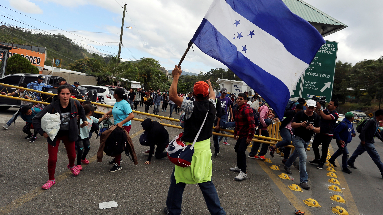 Más de 1.000 hondureños cruzaron este jueves Agua Caliente e ingresaron a Guatemala, como parte de la caravana que el miércoles salió desde la ciudad de San Pedro Sula, norte del país.