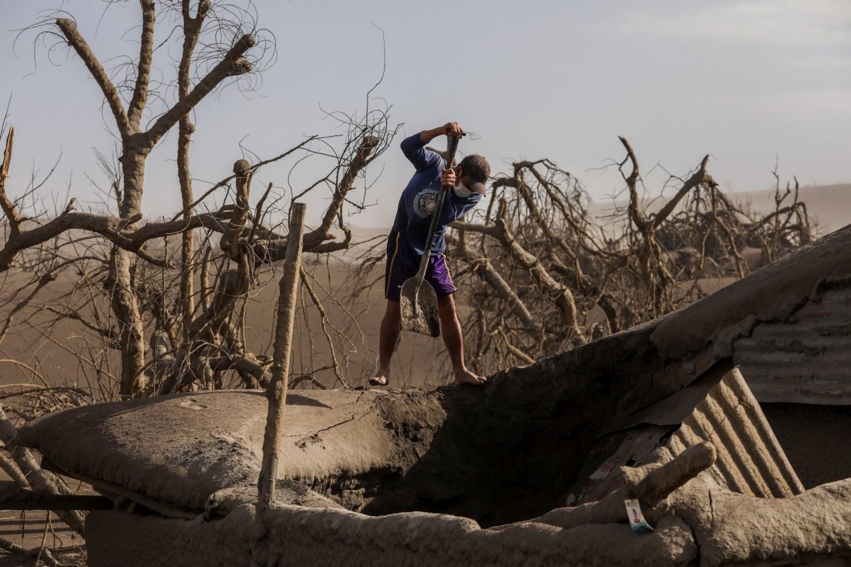 Algunos de losevacuados ya regresaron a sus hogares con el ánimo de intentar salvar su ganado o sus propiedades. Muchos encontraron solamente casas aplastadas o sepultadas por el peso de las cenizas.