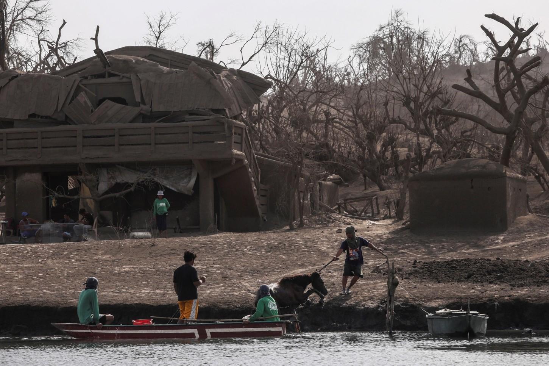 La zona en torno al volcán Taal fue evacuada y más de 110.000 personas salieron de la zona ya que las autoridades temían una erupción mucho más potente y dañina.