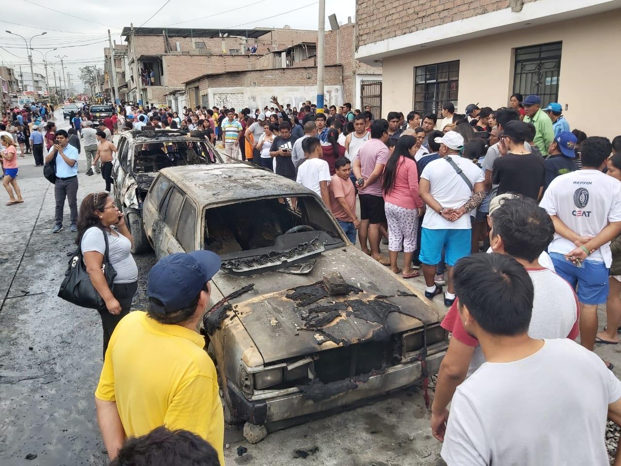 Decenas de vecinos de Villa El Salvador observan los daños del fuego a varios vehículos luego de la explosión de un camióncisternaque transportaba gas.